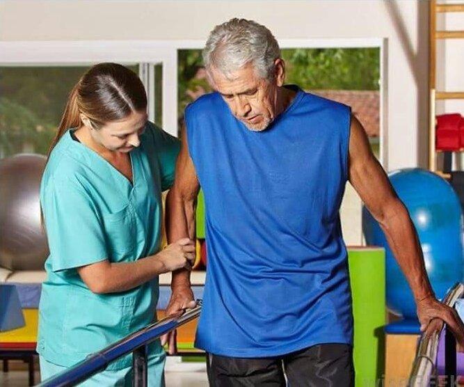 Tập phục hồi chức năng sau khi nằm viện cho người tai biến