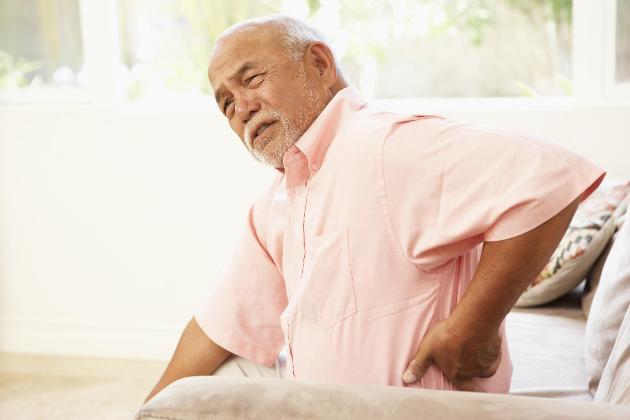 Chứng đau lưng thường gặp ở người già