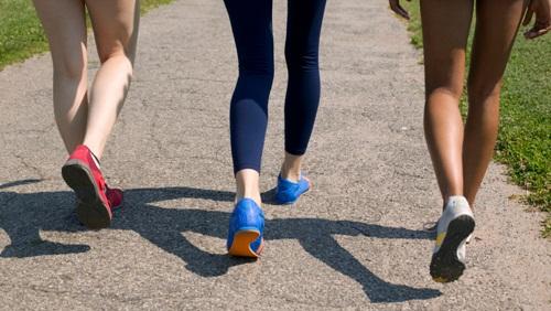 Đi các bước vừa phải, không quá dài cũng không quá ngắn, vung tay nhẹ nhàng