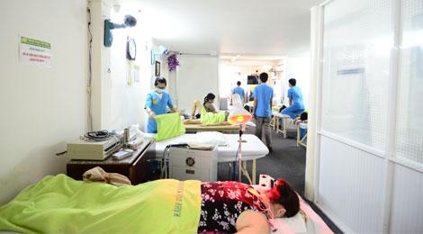 bệnh nhân kết hợp châm cứu điện và chiếu đèn hồng ngoại