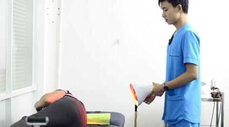 chiếu đèn hồng ngoại cho bệnh nhân thoát vị đĩa đệm cột sống