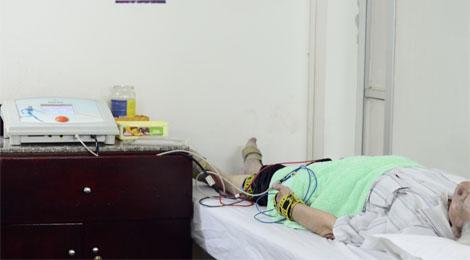 bệnh nhân chạy điện xung tại phục hồi chức năng hữu nhân