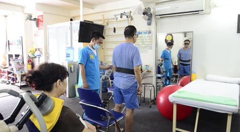 tập phục hồi chức năng tại phòng khám hữu nhân