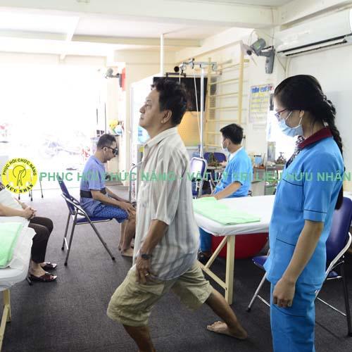 Kỹ thuật viên tập vận động cho bệnh nhân sau tai biến
