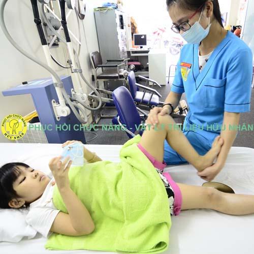 Tập vận động nhi cho trẻ em bị liệt, yếu chi