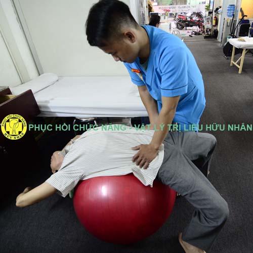 Kỹ thuật viên tập vận động cột sống cho bệnh nhân thoái hóa cột sống, thoát vị đĩa đệm