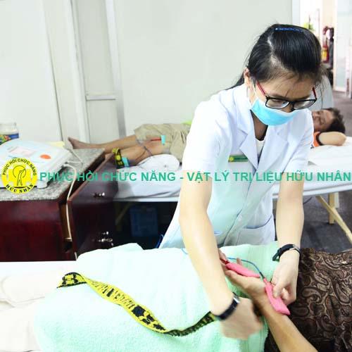 Bệnh nhân điều trị hội chứng ống cổ tay (đường hầm ống cổ tay) bằng vật lý trị liệu