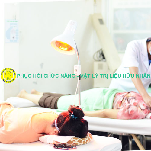 Chiếu đèn hồng ngoại - hỗ trợ miễn phí cho bệnh nhân tại Phòng khám Hữu Nhân