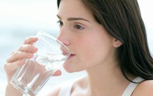 Uống nhiều nước vừa tốt cho sức khỏe vừa phòng chống tai biến.