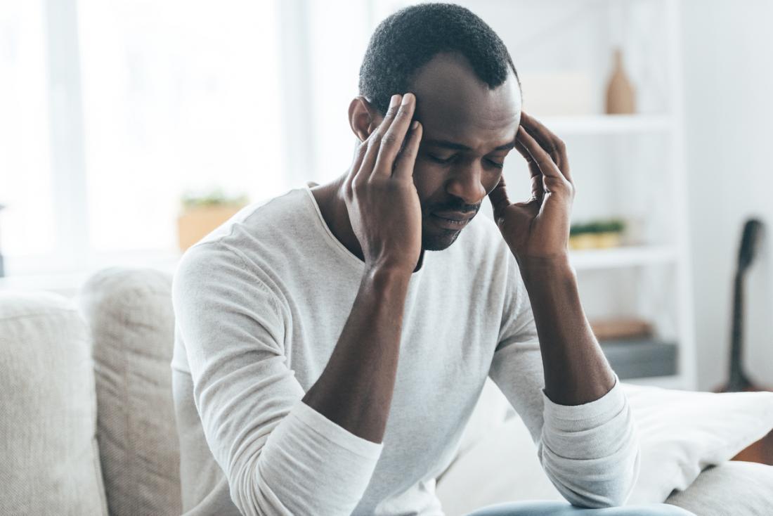 Cả hai loại HM đều có liên kết di truyền, nhưng một người có SHM có thể là người đầu tiên được chẩn đoán trong gia đình của họ. Hai loại khác biệt của chứng đau nửa đầu liệt nửa người có nguyên nhân, triệu chứng và các yếu tố nguy cơ khác nhau.