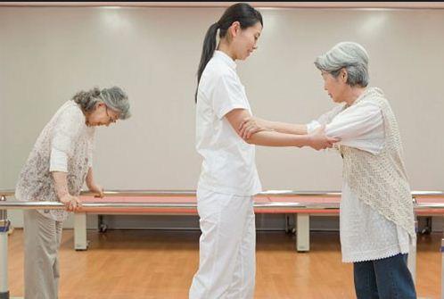 Bài tập phục hồi vận động cánh tay cho bệnh nhân sau tai biến