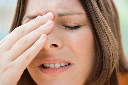 Yếu và tê cứng một bên khuôn mặt, đặc biệt là góc của miệng là một trong những biểu hiện của liệt dây thần kinh số 7