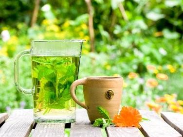 trà thảo mộc chữa căng thẳng